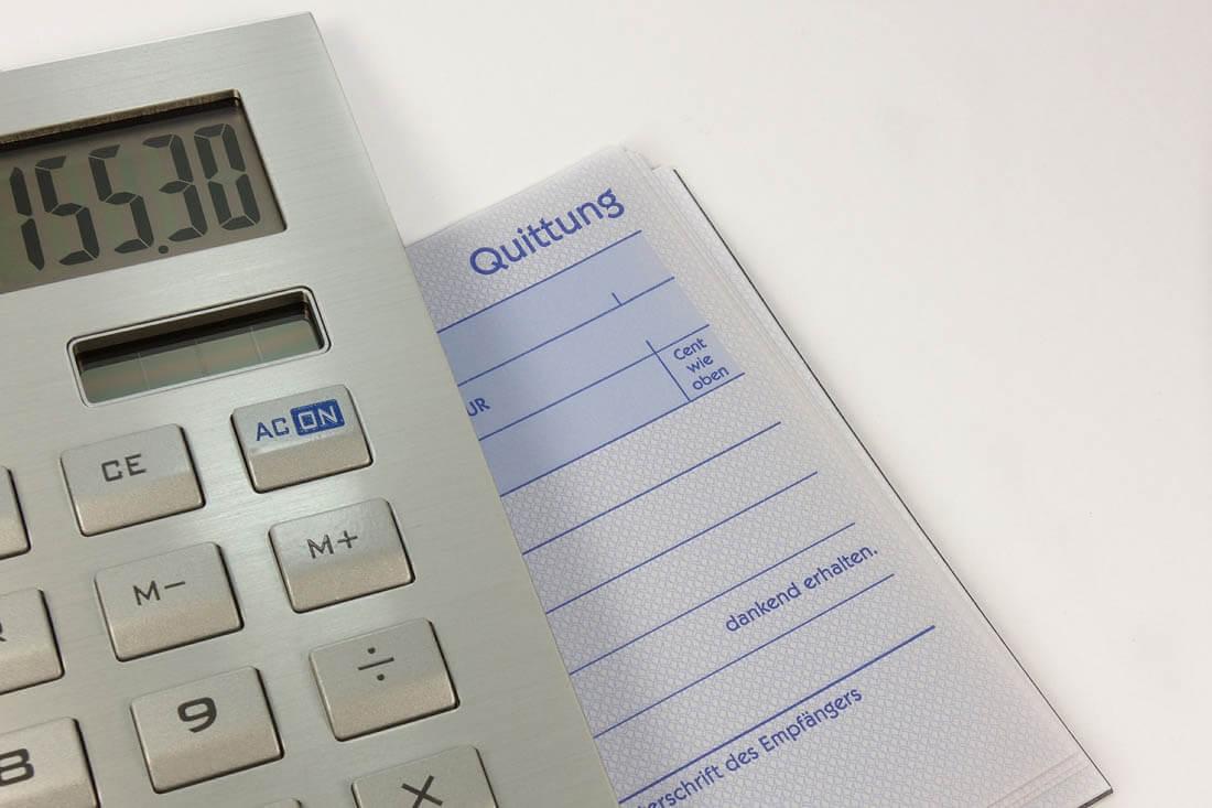 Quittungsblock und Taschenrechner: bald ein Relikt.