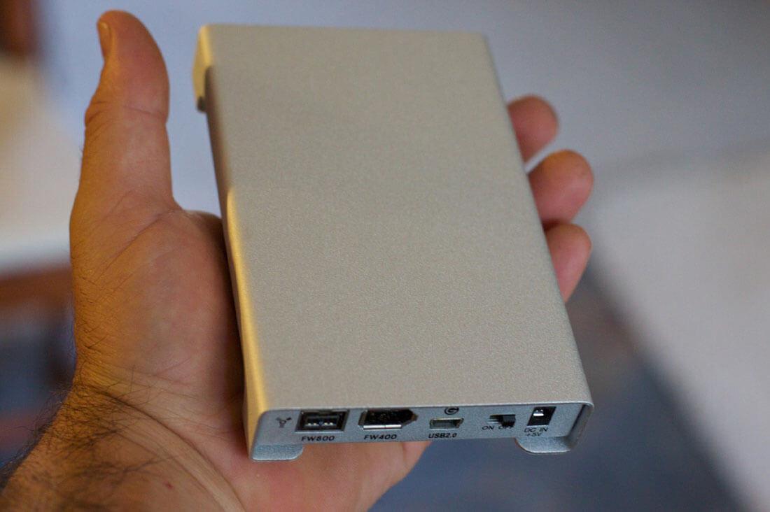 Eine Hand hält eine externe Festplatte mit gespeicherten Daten. Bild: flickr